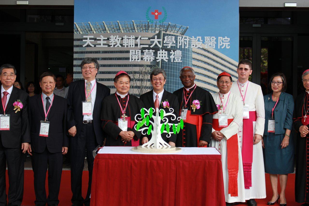 輔大醫院落成開幕,副總統陳建仁(中)出席開幕儀式。聯合報記者林麒瑋/攝影