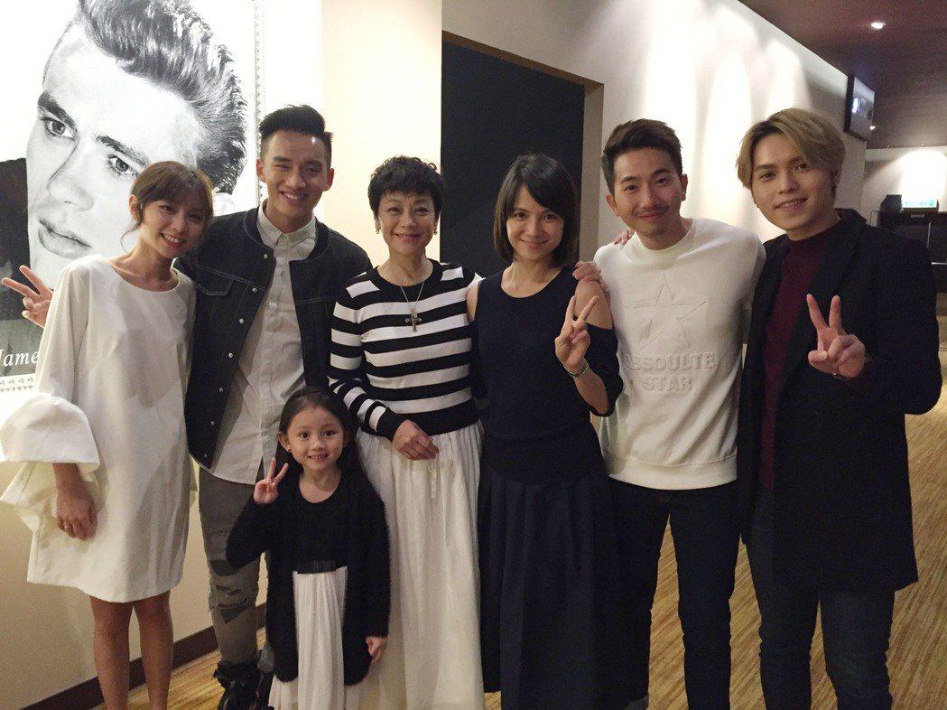 張艾嘉(右4)27日飛往馬來西亞出席有份演出的馬來西亞電影「分貝人生」首映禮,李