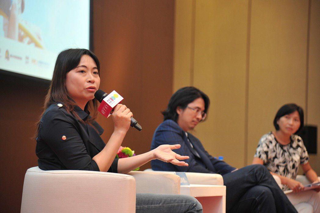 國教署商借教師藍偉瑩(左起)今(27日)在親子天下舉辦的國際教育年會中,與台大電...