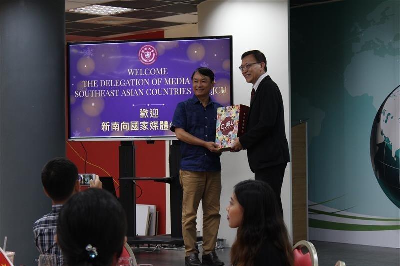 李校長致贈禮品給新南向媒體團代表。 長榮大學/提供。