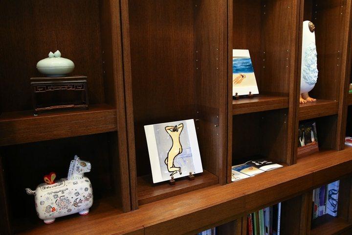 富邦藝術基金會執行長翁美慧的收藏種類多元。圖/記者王騰毅攝影