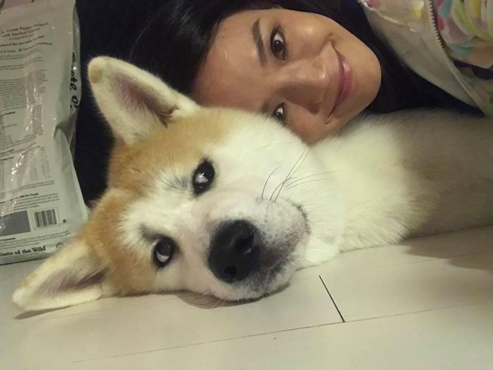 28日舒淇開心地與柴犬合照,豈料卻遭柴犬「眼神死」對待。 圖/擷自舒淇臉書。
