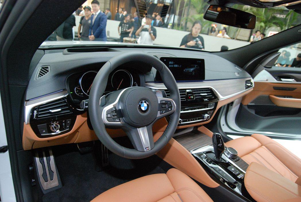 6GT車室維持一貫豪華風格,並導入了手勢控制功能。 記者林鼎智/攝影