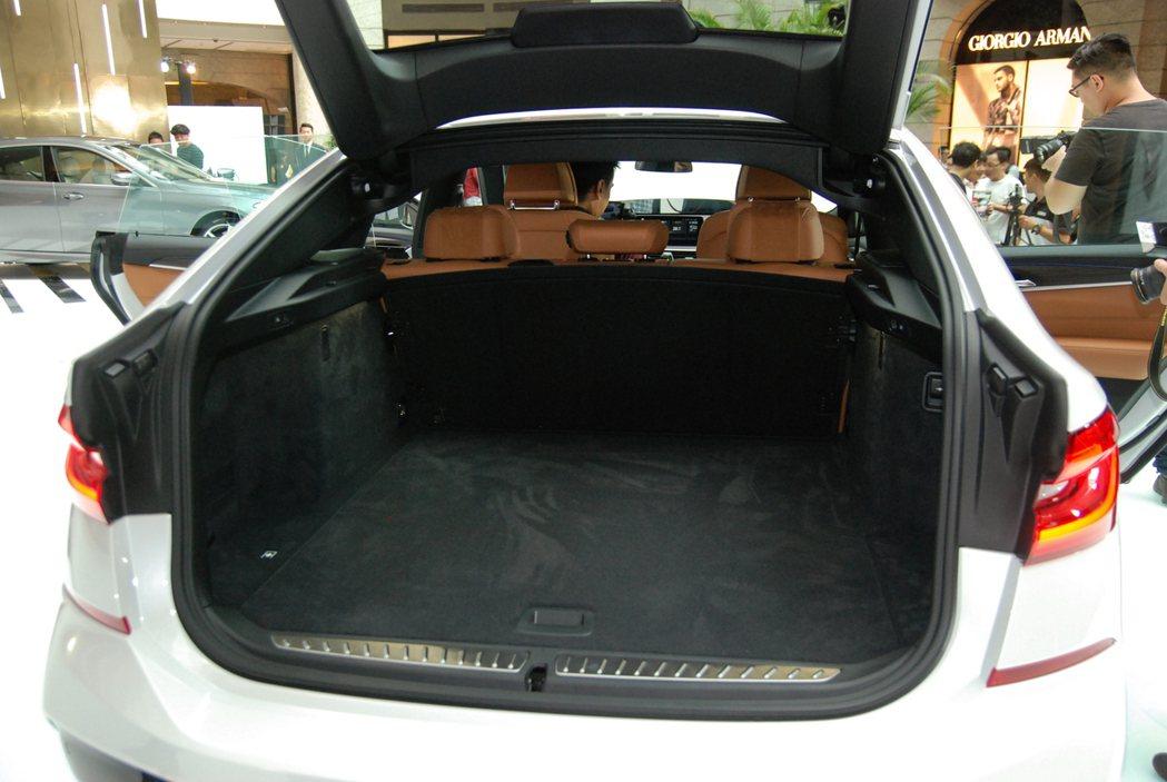 全新 BMW 6GT 的後座採用 4/2/4 分離傾倒設計,後排座椅未傾倒時的容...