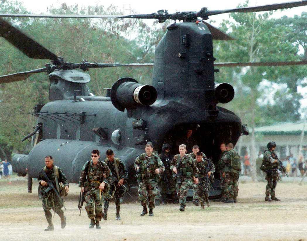 美軍綠扁帽部隊2002年抵達菲律賓南部的三寶顏,協助菲律賓部隊平亂。 (路透)