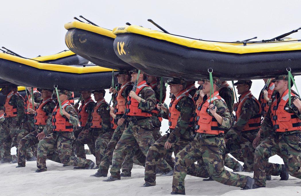 海豹部隊在加州兩棲基地受訓,2016年傳出攻擊步槍數量不夠。 (美聯社)
