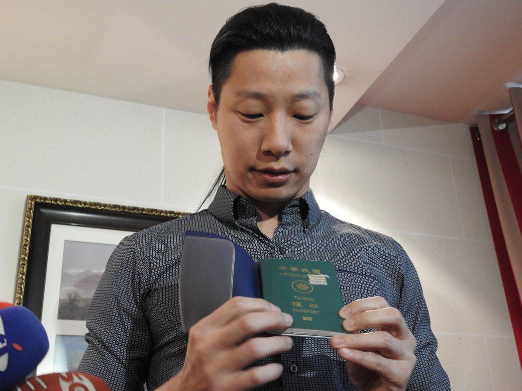 立委林昶佐護照沒貼台灣國貼紙遭到網友批評,他在日內瓦秀出護照,以手工製作的貼紙蓋...