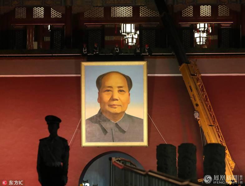 天安門日前進行更換毛澤東畫像作業。 圖/摘自鳯凰網