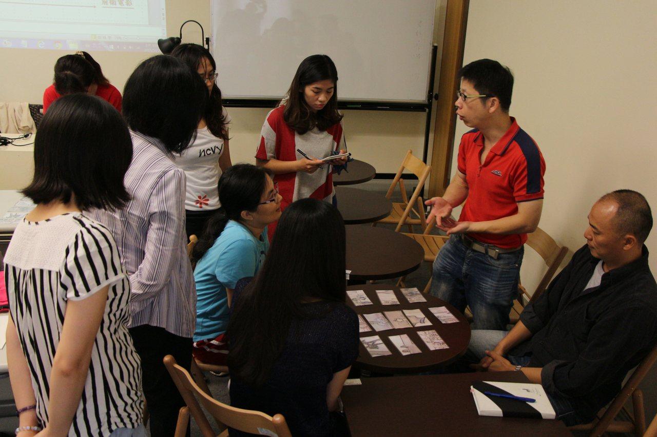 小說家許榮哲向學員解說桌遊規則