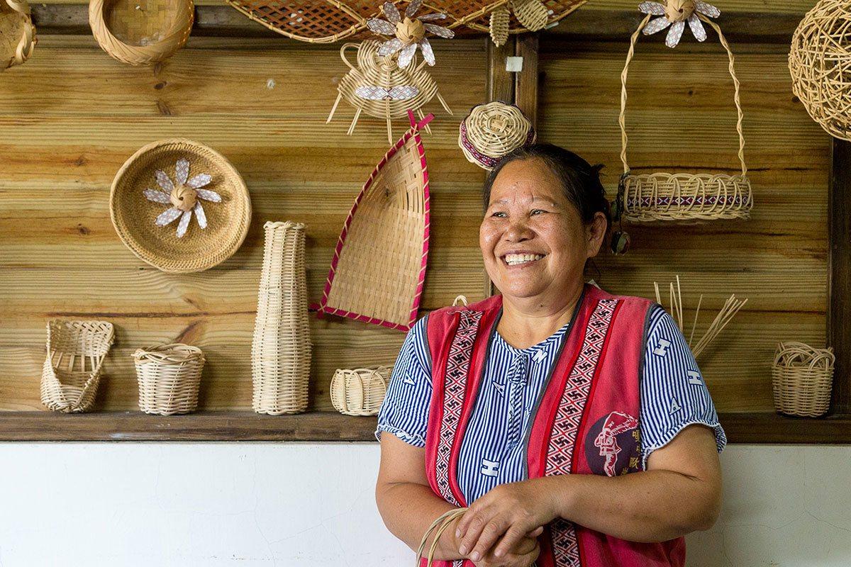 雖未走上工藝之路,楓淑英對編織熱情不減,常編出創意巧思的生活用品。