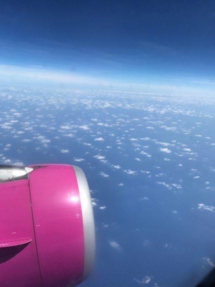 飛行-樂桃航空:飛行時間為1小時10分鐘,紫紅色的機身,非常俏皮的顏色,這是起飛...