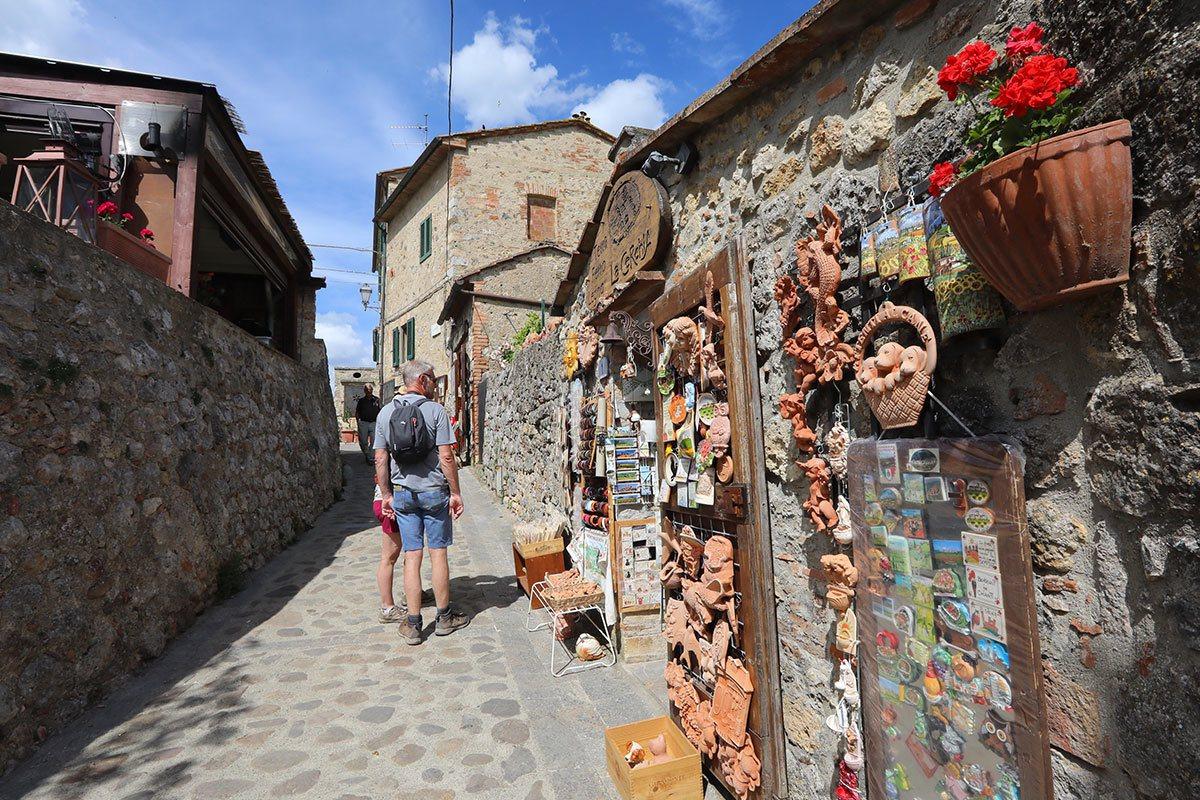 蒙特里焦尼也是以一座石頭堆砌的古城,在城內隨處可見販售手工藝品的商店,荷包很容易...