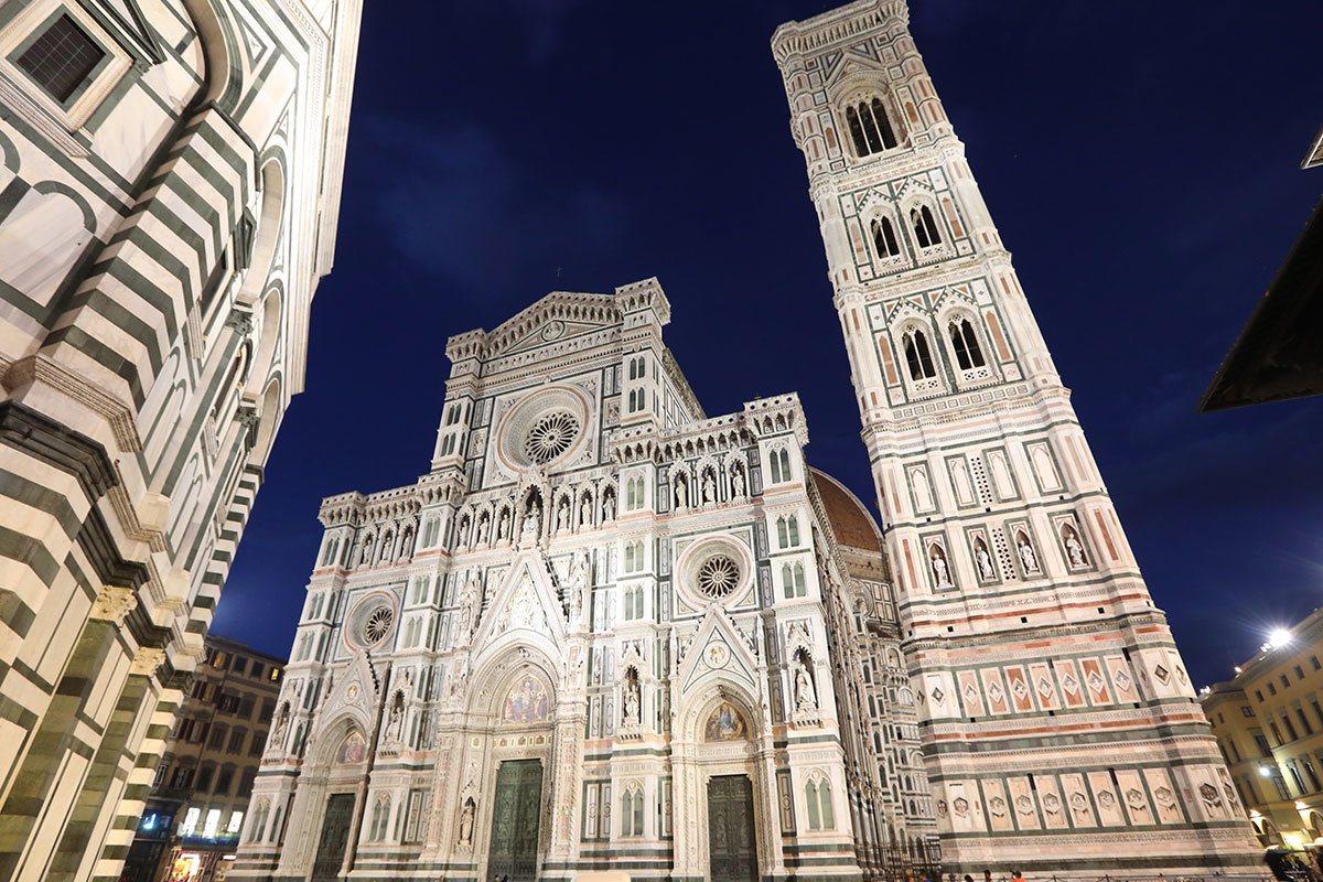 聖母百花大教堂有純白的外牆及歌德式的立面花紋,是佛羅倫斯必訪的招牌景點。