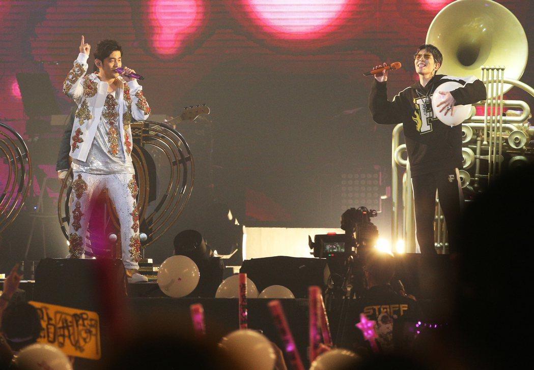蕭敬騰(右)擔任周杰倫台北首場演唱會嘉賓。記者陳正興/攝影
