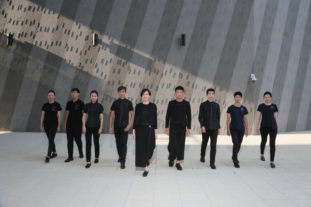 台灣戲曲中心首次曝光制服,靈感來自傳統戲曲行頭。台灣戲曲中心/提供
