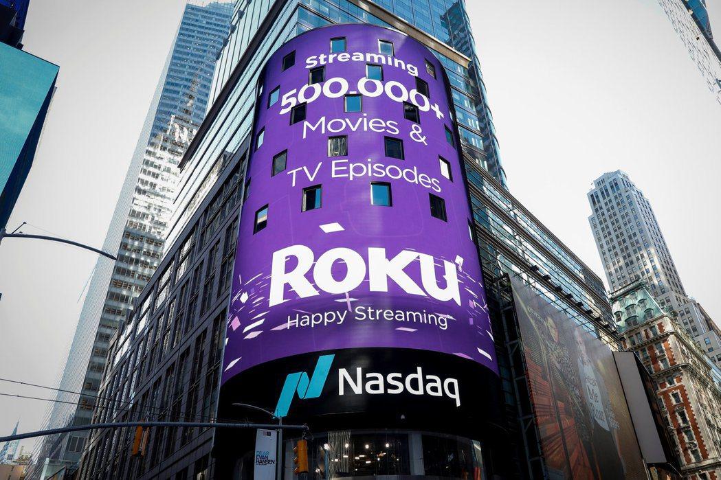 Roku在那斯達克掛牌的看板高掛時代廣場。(路透)