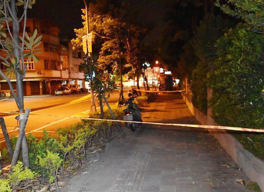 警方在高雄市新興區新興國小外,找到蔡姓老翁的機車。記者林保光/翻攝