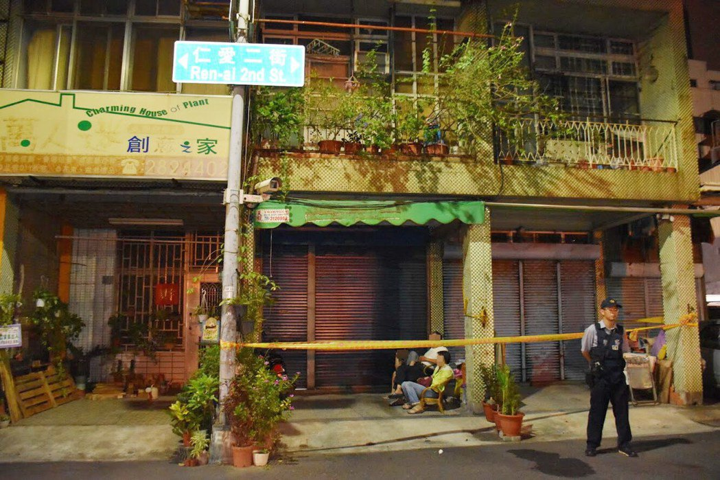 蔡姓老翁涉嫌殺害陳姓女子,警方在陳家前拉封鎖線。記者林保光/翻攝