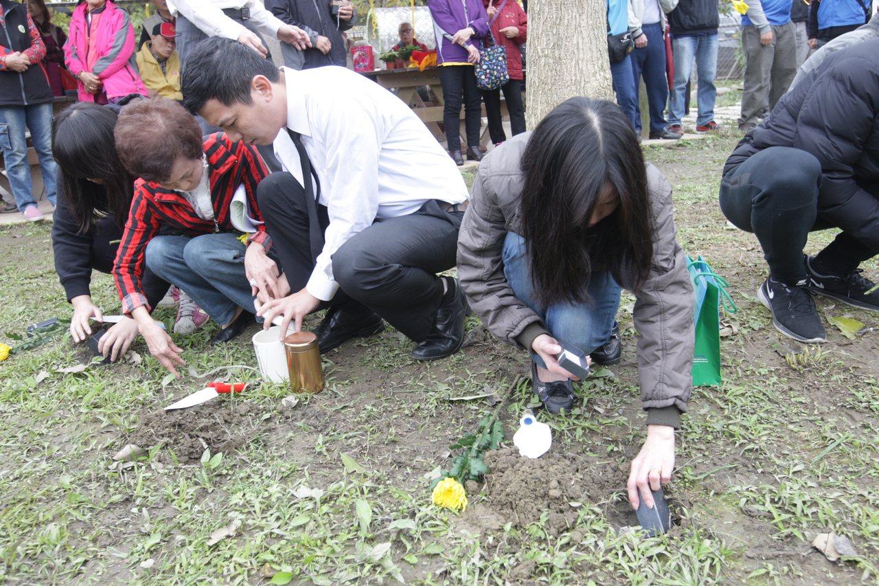 寵物飼主在動物之家進行樹葬儀式,為心愛的毛寶貝進行樹葬。圖/新北市動保處提供
