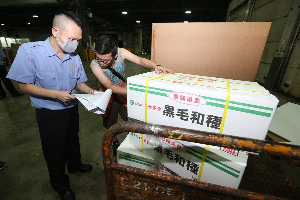 執行14年的日本和牛禁令解除,首批叩關和牛205.1公斤,29日凌晨報關,由海關...