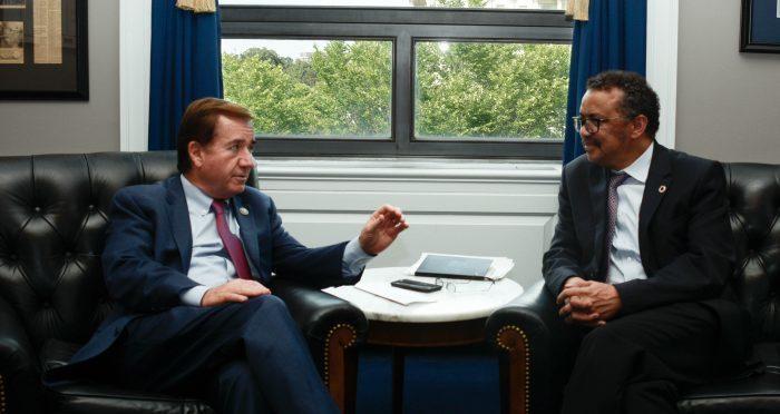 美國眾議院外委會主席羅伊斯(左)日前與世界衛生組織秘書長艾德哈諾姆(右)會面時,...