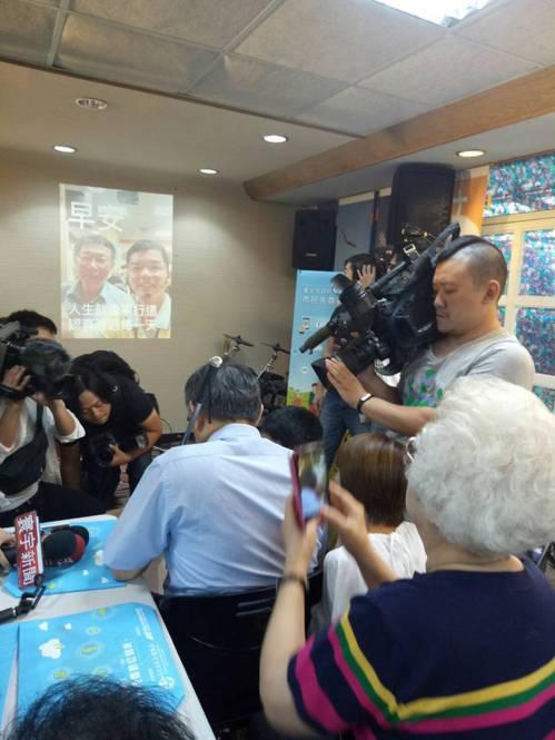 台北市長柯文哲昨天和社區長輩一起學製作通訊軟體長輩圖,他笑說要先把爸媽帶來上課。...