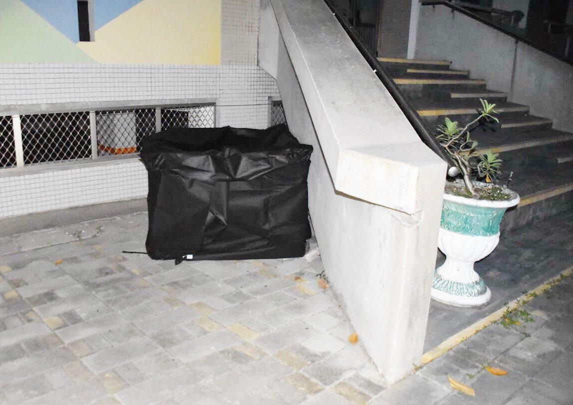 蔡姓老翁涉嫌殺人後,在校園樓梯旁喝農藥自殺身亡,警方以大體帷幕覆蓋屍體。記者林保...