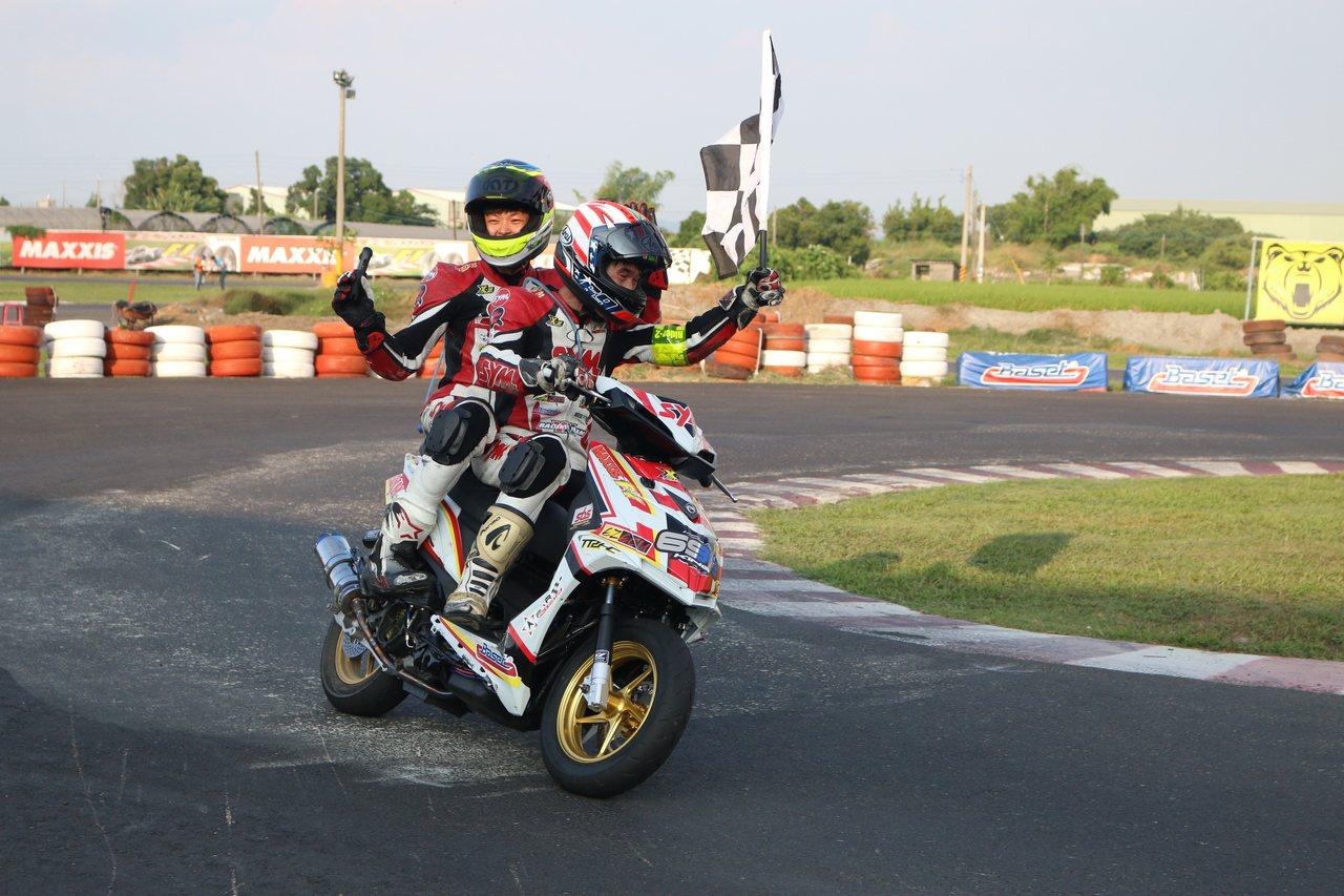 耐久賽冠軍組合「YX Racing Team」黃晧與王聖欽。圖/SYM提供