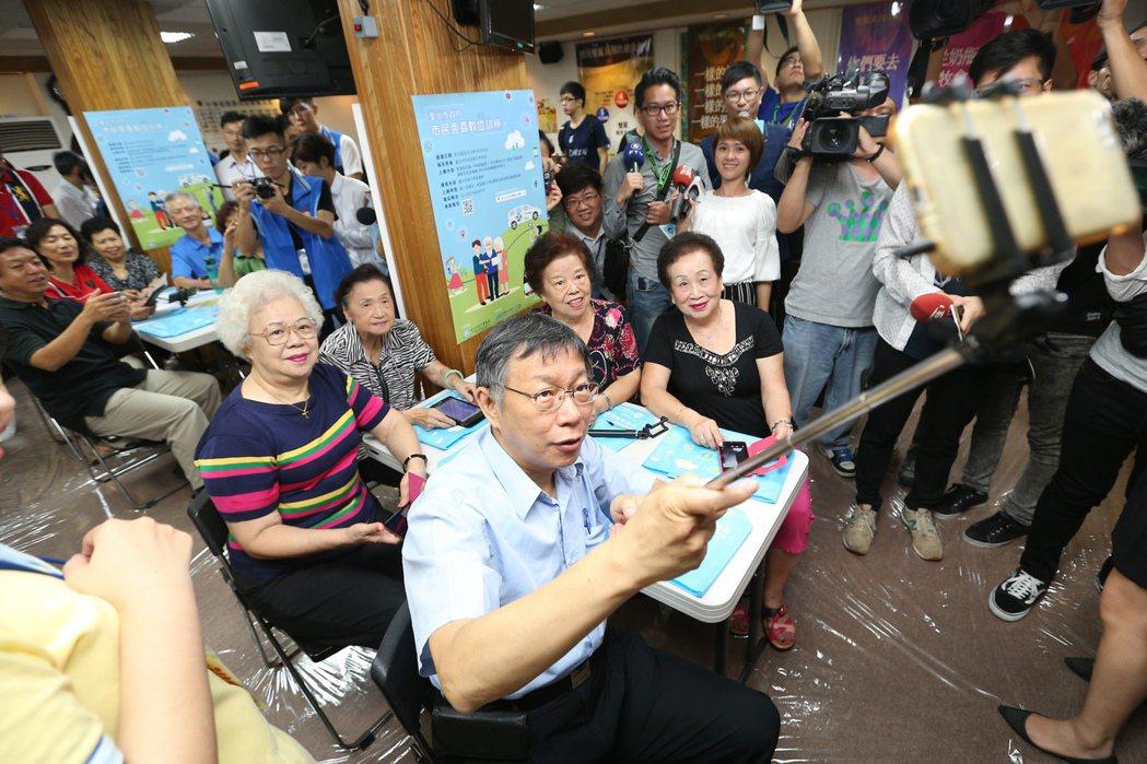 台北市長柯文哲與長輩學習自拍、打卡、學修圖。記者林伯東/攝影
