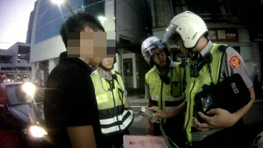 林男被警方酒測情形。記者游明煌/翻攝