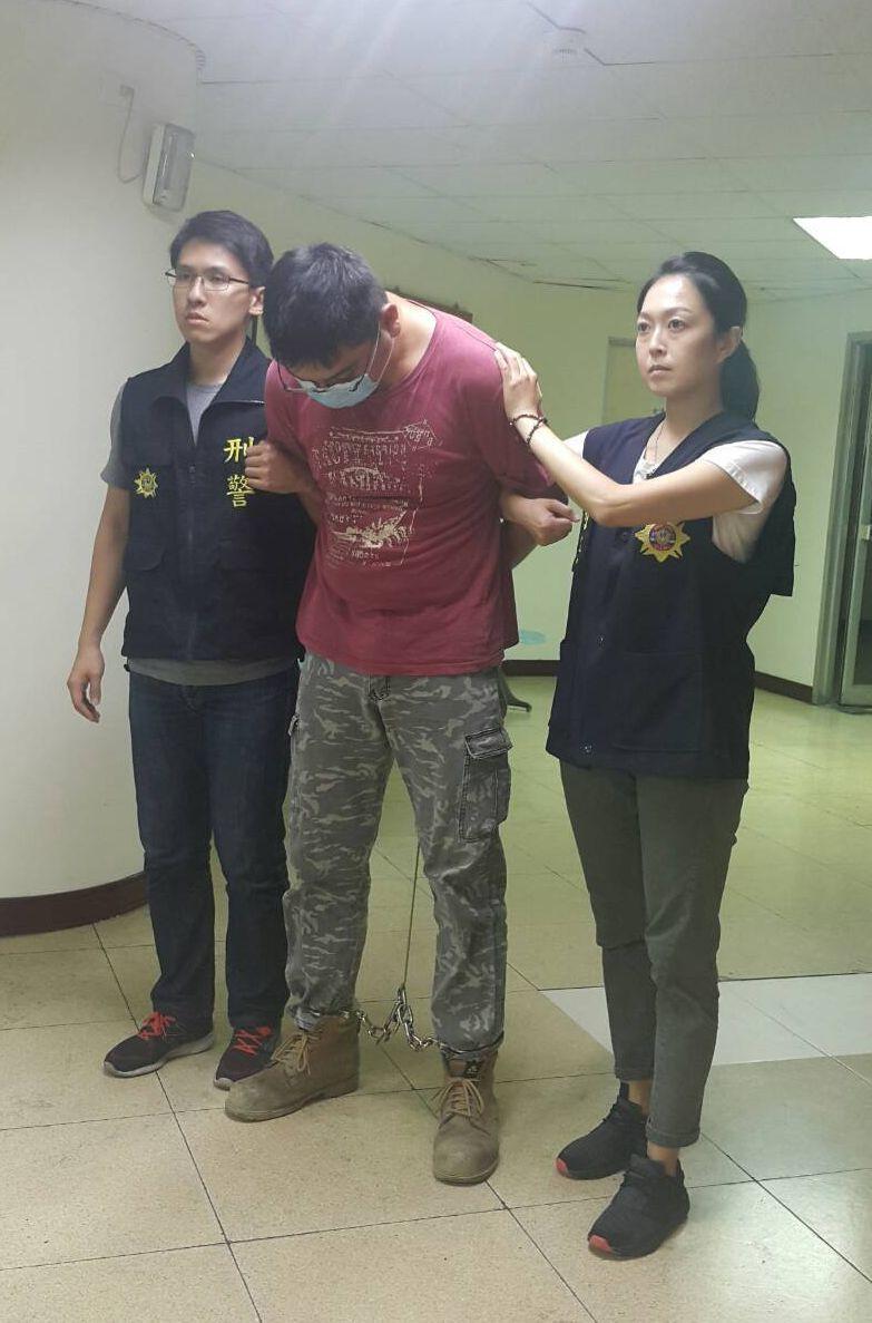 平時務農的尤姓男子(中)涉嫌改造槍枝被捕。記者林保光/翻攝