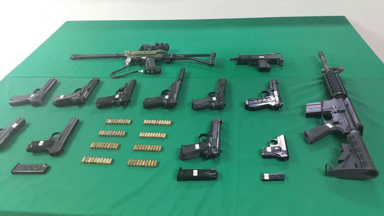 警方在尤姓男子的租屋搜出的槍枝,警方指其中1枝長槍是仿國外維安的「鎮暴槍」(上)...
