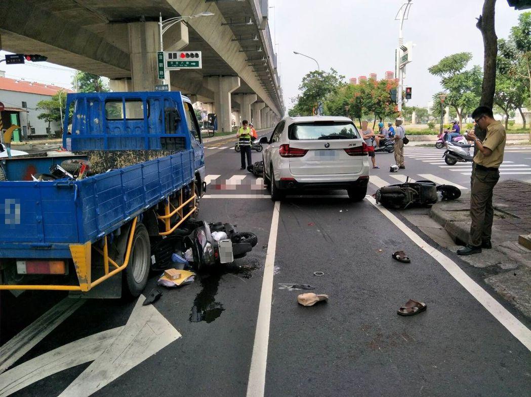 國道十號高速公路下方道路發生車禍,肇事的BMW車主酒後失控衝撞前方多部機車。記者...