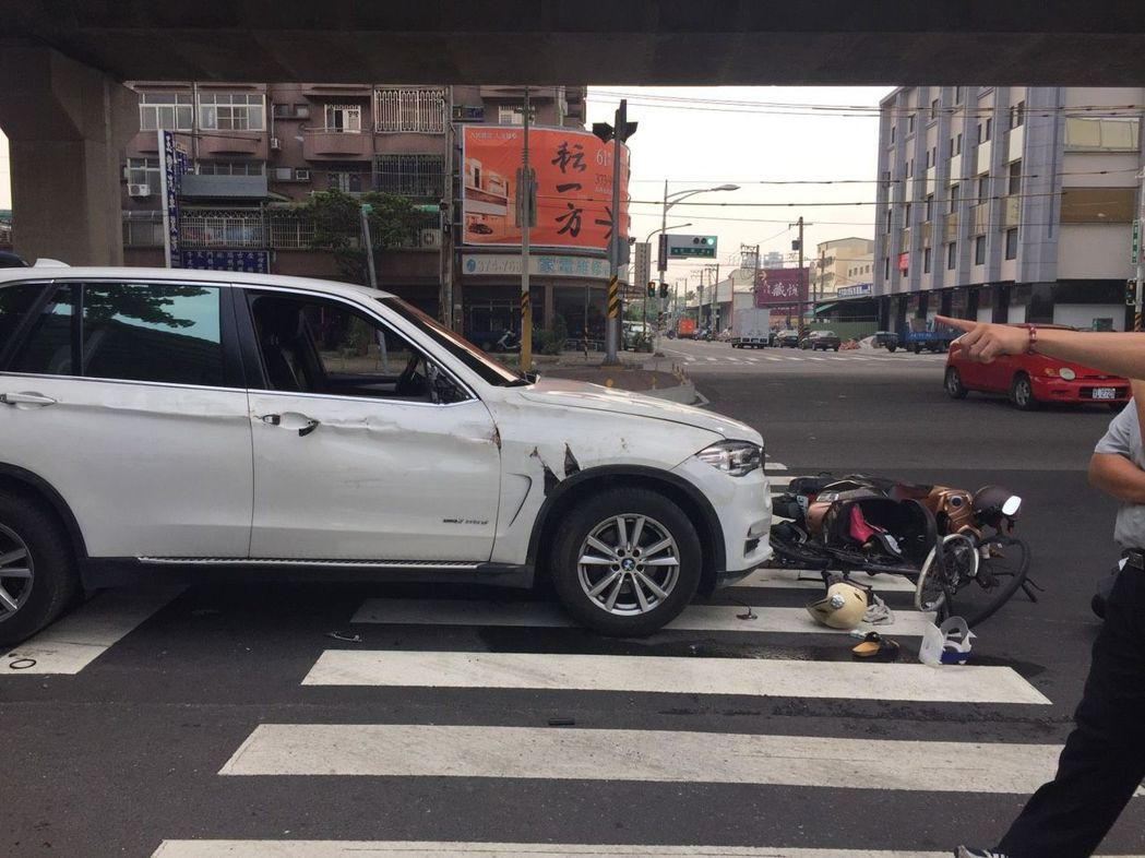 機車與單車騎士無預警被撞,一人當場失去呼吸心跳。記者徐白櫻/翻攝