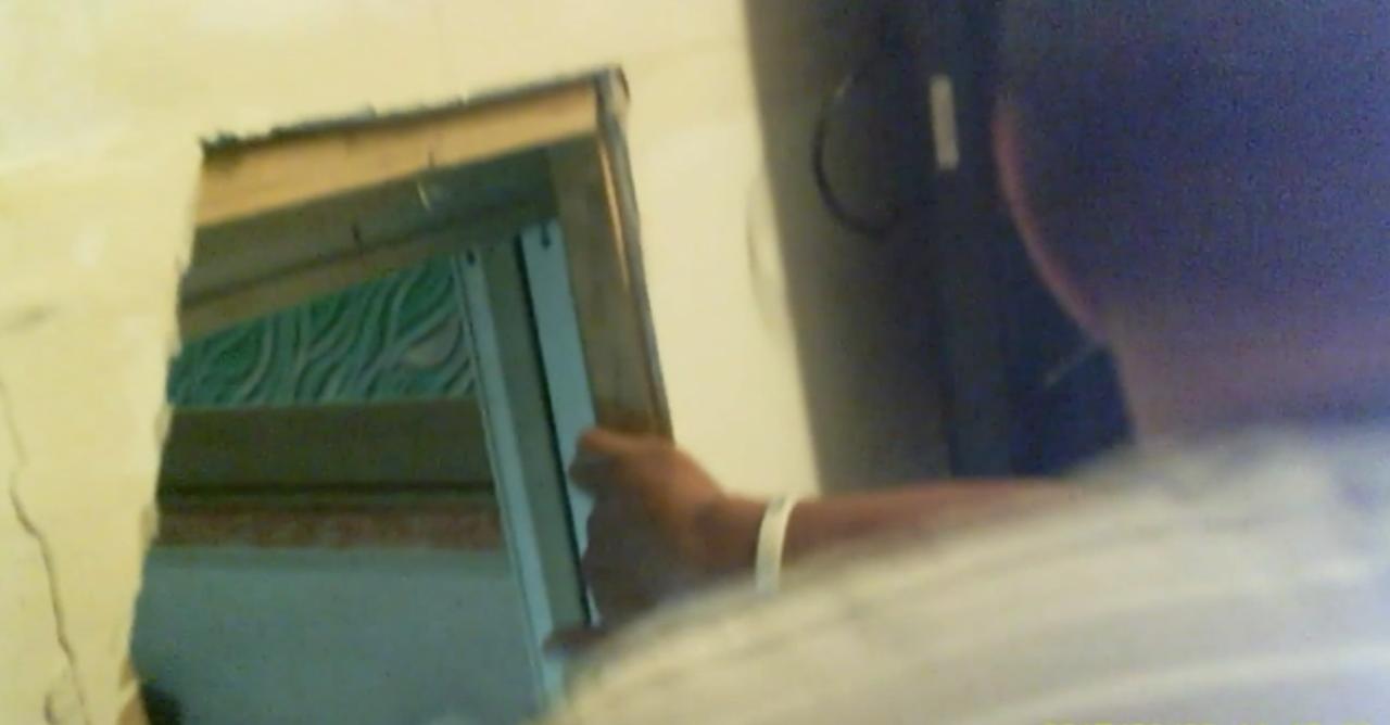 警方破門進入後,發現屋內牆壁已被嫌犯踹開。記者劉星君/翻攝