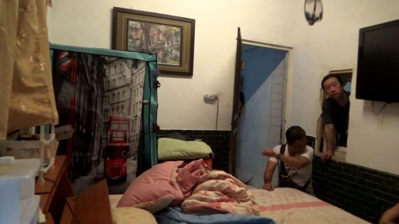 警方破門進入後,發現屋內8名嫌犯竟企圖將租屋處牆壁踹開穿牆逃走,但仍被警方逮捕,...