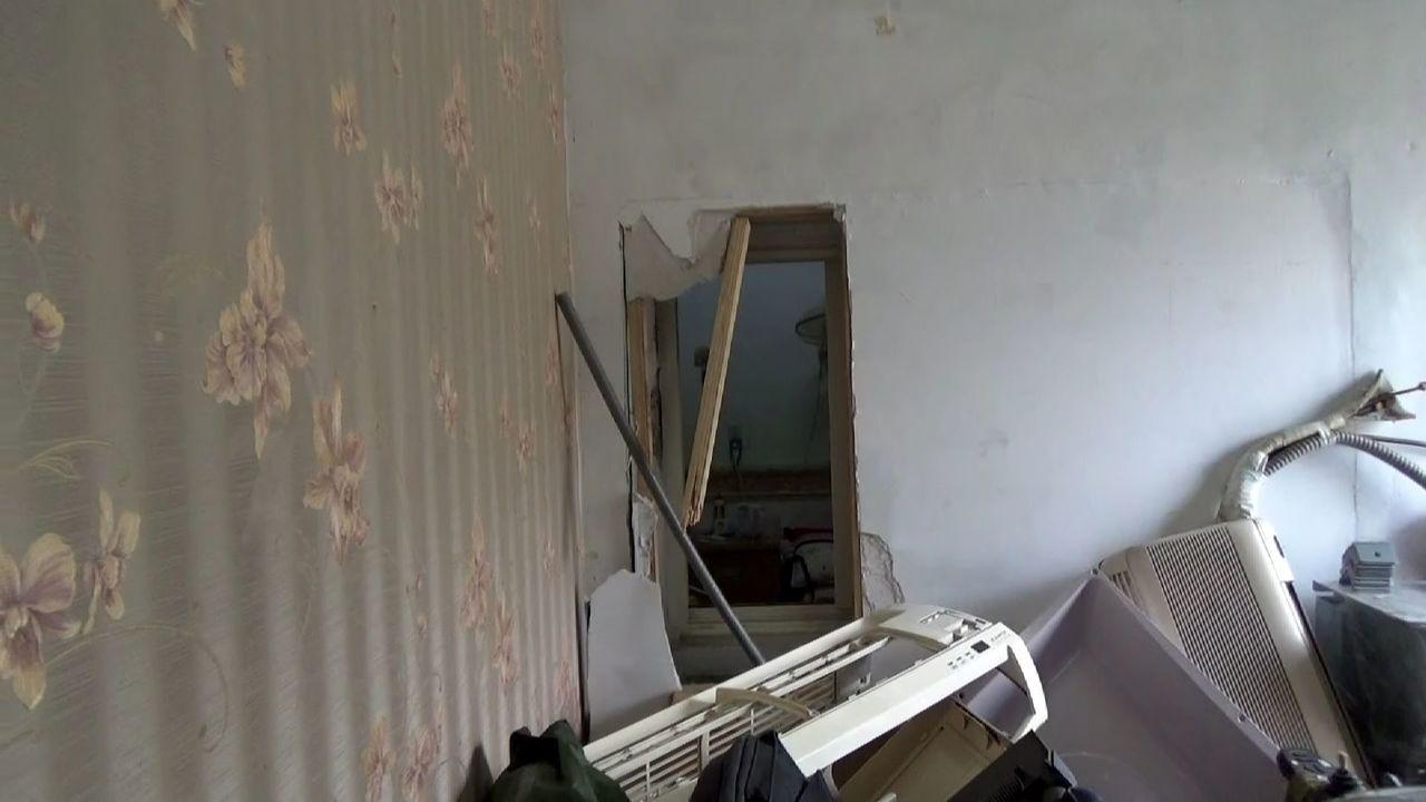 警方破門進入後,發現屋內8名嫌犯竟企圖將租屋處牆壁踹開穿牆逃走,但仍被警方逮捕。...