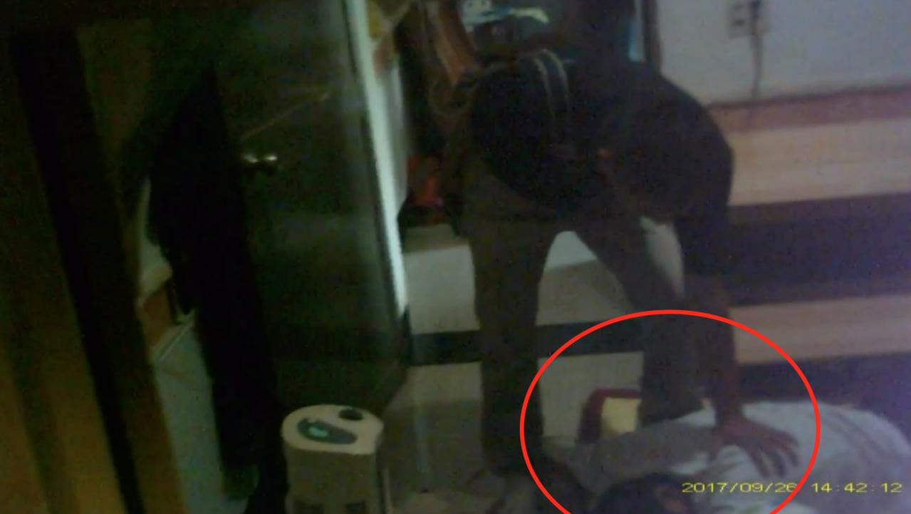 警方破門進入後,發現嫌犯辛男(右)躲在床頭櫃下方。記者劉星君/翻攝