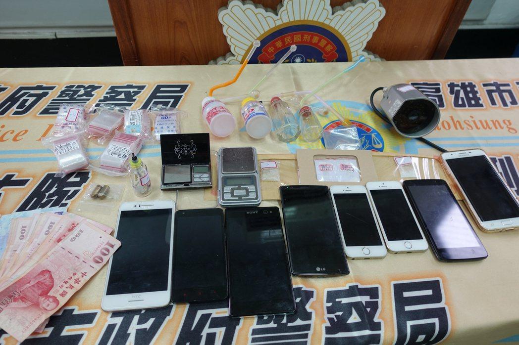 警方現場查扣毒品海洛因、安非他命與手機等物品。記者劉星君/攝影