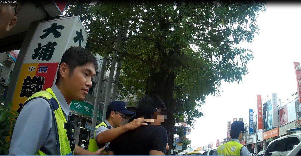 詹男涉嫌侵占友人車輛,被巡邏女警發現後攔查逮人。記者陳宏睿/翻攝