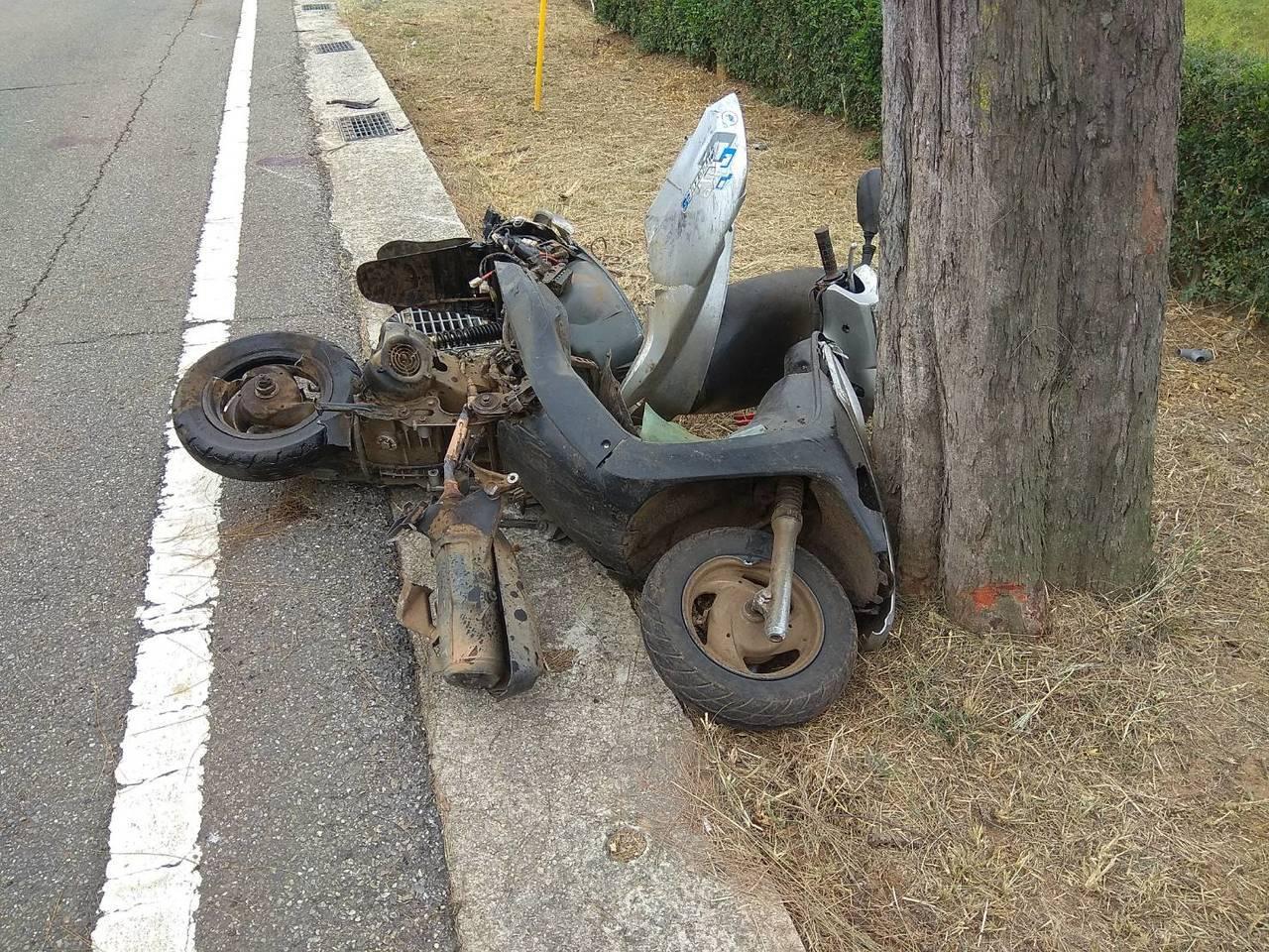 機車被撞的幾乎解體,怵目驚心。記者蔡家蓁/攝影