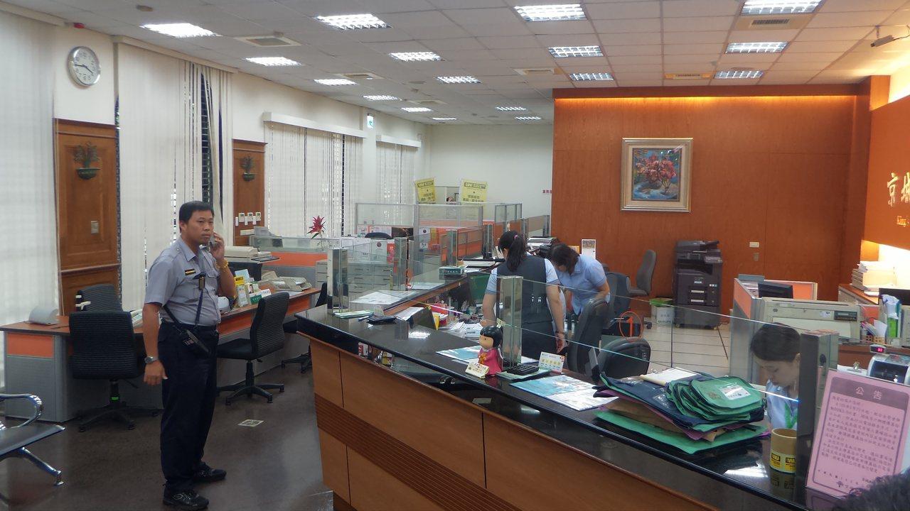 京城銀行高雄分行今天下午傳「搶案」,警方趕到銀行瞭解。記者林保光/攝影
