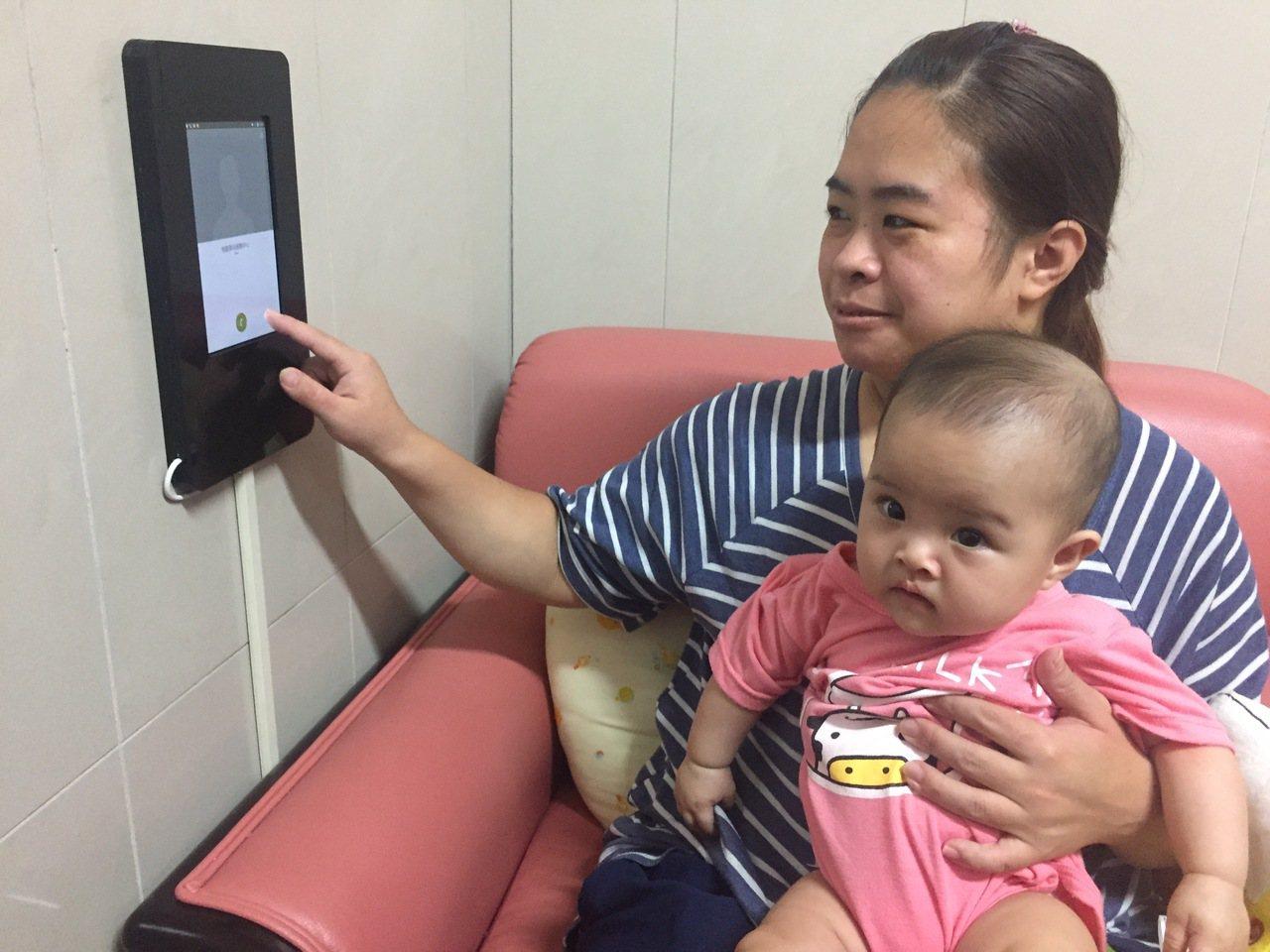 桃園火車站首創「AI哺乳室」,在哺乳沙發旁設置平板,媽媽若有疑慮可直接與站務員溝...