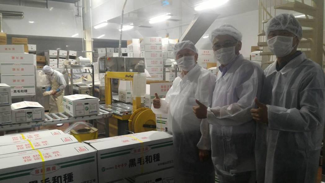 新竹縣長邱鏡淳(右三)今天參訪宮崎和牛屠宰及包裝工廠。記者林家琛/攝影