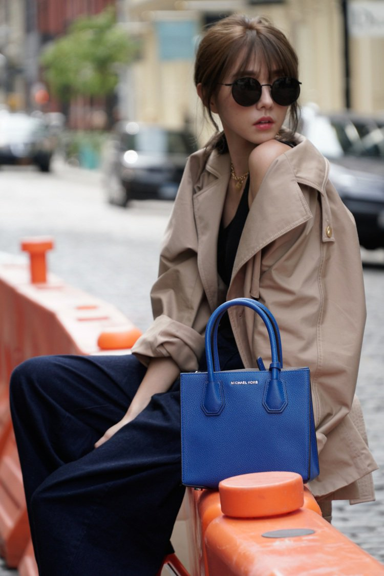 邵雨薇搭襯閃靛藍小方包。圖/MICHAEL KORS提供