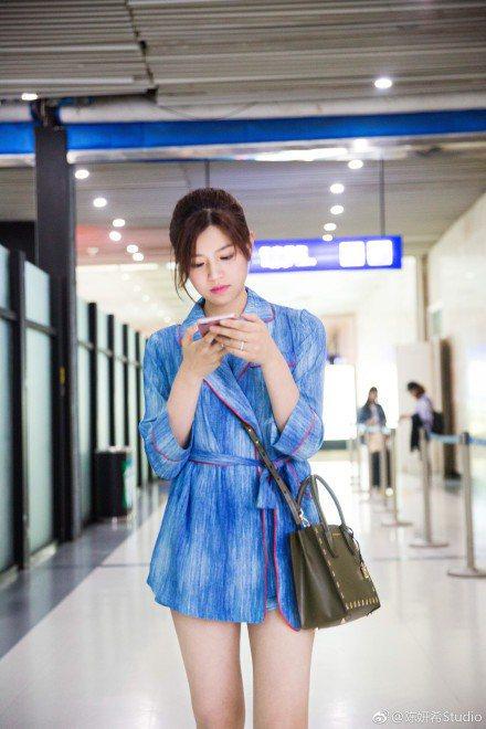 陳妍希背上橄欖綠金星Mercer小方包相當俏麗。圖/MICHAEL KORS提供