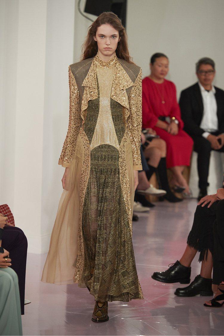 亮片、金屬打造的飄逸裙裝,將往日的設計元素做嶄新詮釋。圖/Chloe提供