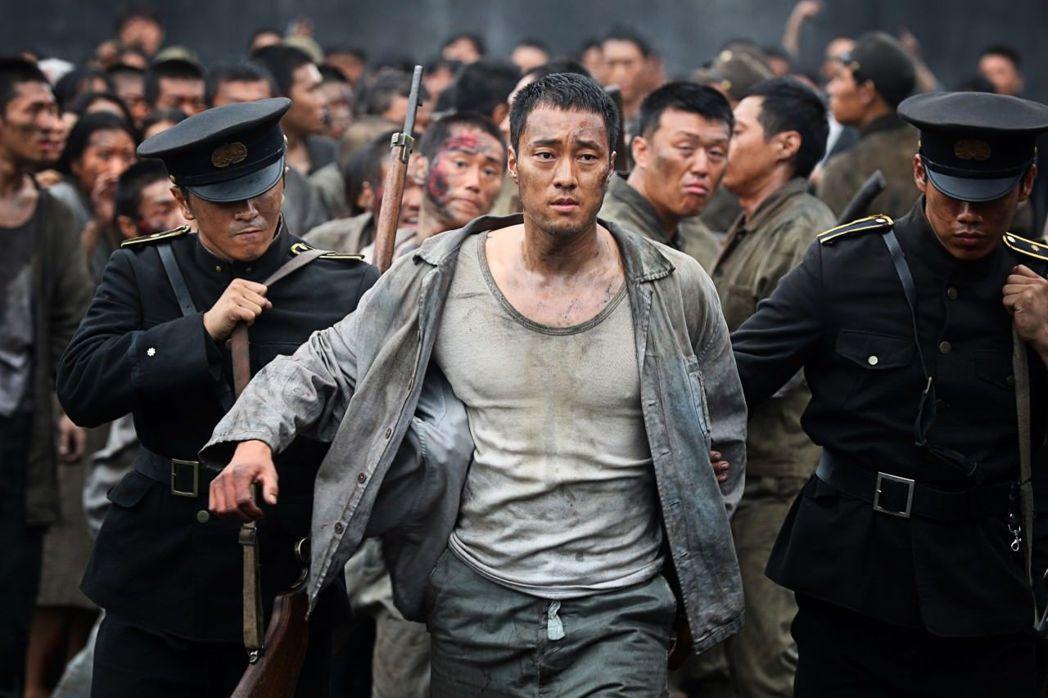 蘇志燮在「軍艦島」中挑戰演技,也秀出壯碩性感身材。圖/車庫提供