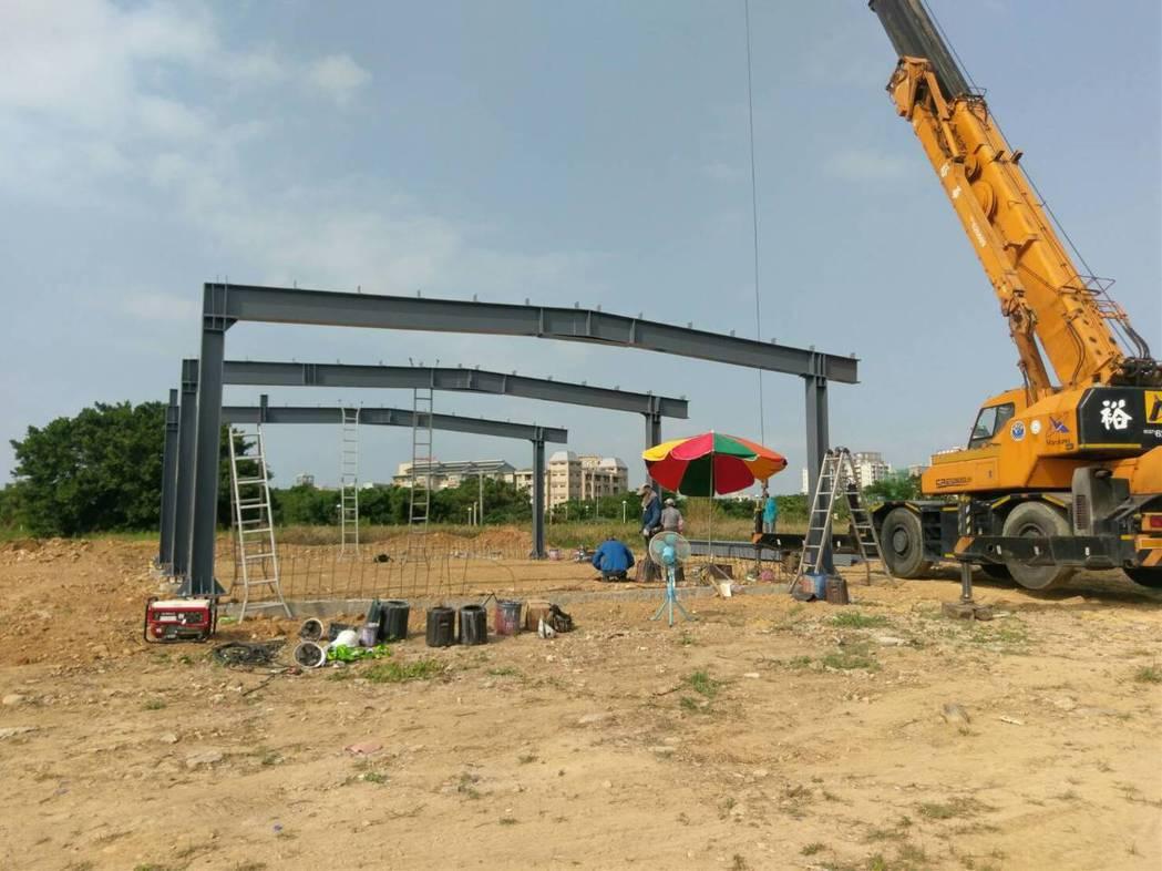 竹南臨時拖吊場正在趕工建置,預計年底完工,明年初啟用。圖/苗栗縣警局交通隊提供