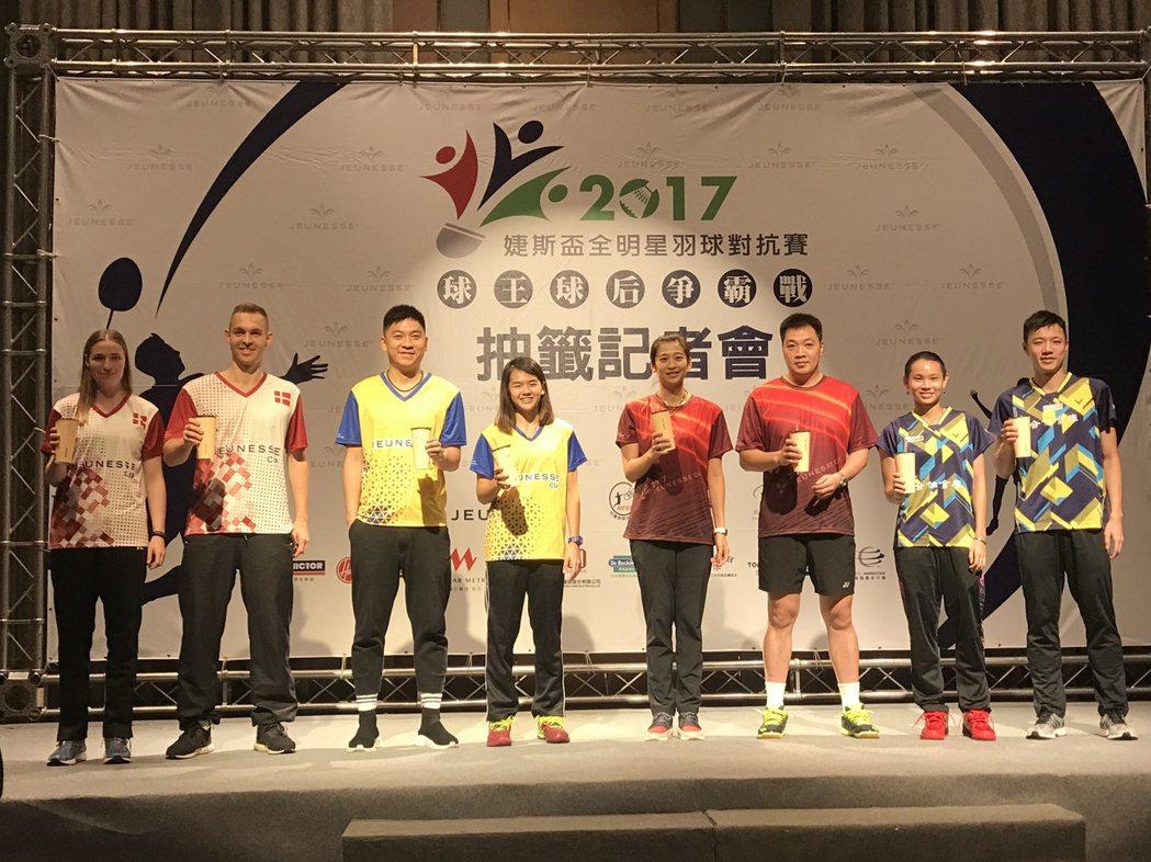 台灣隊的戴資穎、王子維送上珍珠奶茶給6位外國選手。記者毛琬婷/攝影